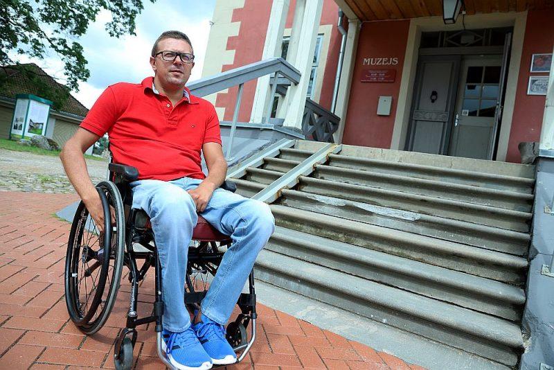 Pie muzeja ēkas ieejas izveidota uzbrauktuve. Kaspars Kalvītis domā, ka visdrīzāk realitātē neviens cilvēks ratiņkrēslā to nekad nav izmantojis, jo tas fiziski nav iespējams…