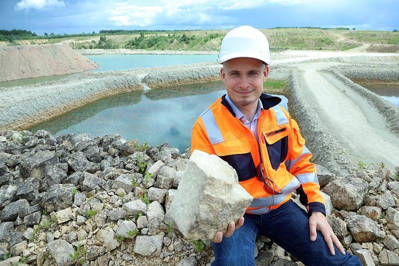 """Cementa ražotnes """"SCHWENK Latvija"""" valdes loceklis Jegors Golubevs: """"Pašlaik Saldus novada """"Kūmās"""" esam izstrādājuši kaļķakmens ieguves karjeru 133 hektāru platībā. Vienlaikus esam paguvuši uzsākt arī izstrādātās teritorijas sakopšanu."""""""