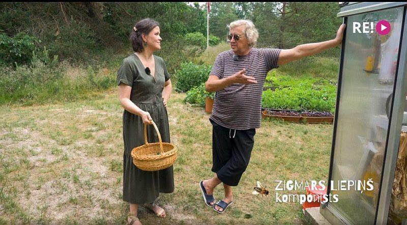"""Raidījums """"Kultūrdobe"""" ciemojas Zigmara Liepiņa dārzā."""