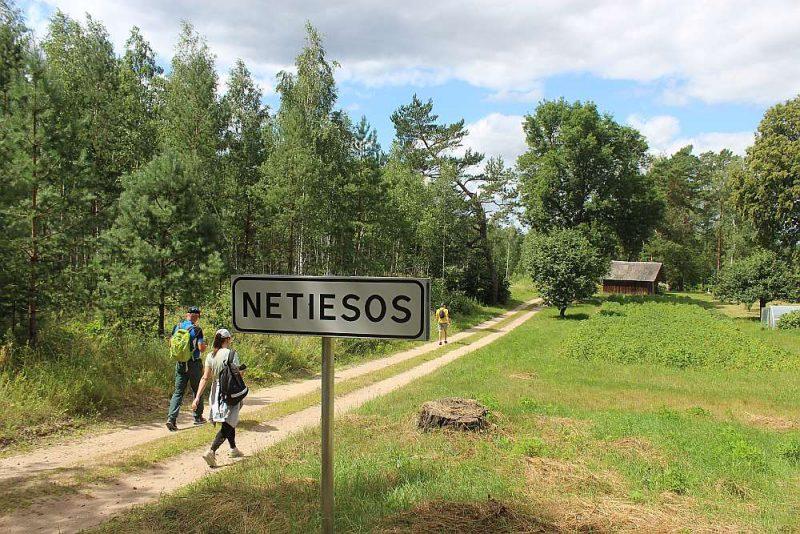 Mežtakas maršruts veda cauri arī Netiesos ciemam, kurā abos galos ar kilometra atstatumu kopā bija tikai trīs mājas.