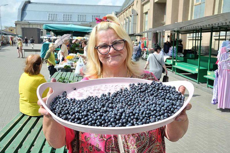Ilga Priede no Vecumnieku novada vakar Rīgas Centrāltirgū savā privātajā mežā salasītās mellenes tirgoja par pieciem eiro litrā.