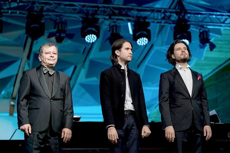 Spoža pianistu dinastija – no kreisās: tēvs Sergejs Osokins, brāļi Georgijs un Andrejs Osokini.