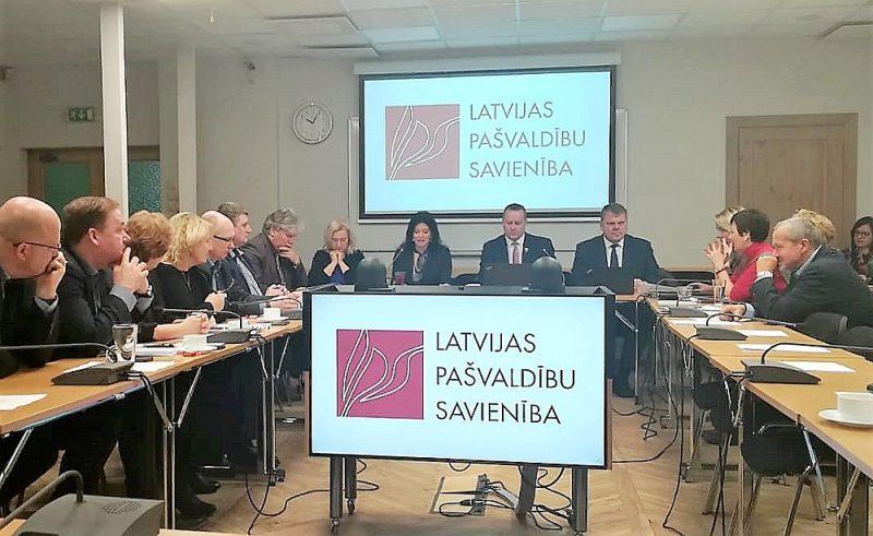 Satversmes tiesa uzskata, ka Satversmē noteiktās vērtības teorētiski varot nodrošināt ar Labklājības ministrijas un Latvijas Pašvaldību savienības panākto vienošanos, taču bez izstrādātas metodoloģijas, kas būtu jāveic Saeimai, kārtējā dialogā noteiktā GMI līmeņa summa tik un tā var palikt neizskaidrojama.