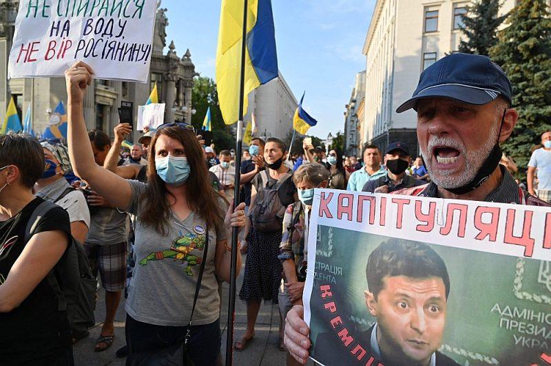 Kara pārtraukšanu ar Krievijas atbalstītajiem Austrumukrainas separātistiem daudzi ukraiņi uzskata par nodevību, kā liecina pirmdienas vakarā Kijevā sarīkotā demonstrācija.