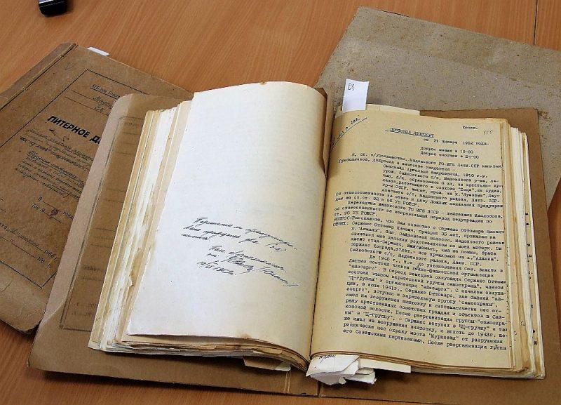 Mājā, kurā agrāk dzīvojis kāds Latvijas PSR VDK darbinieks, uzietas trīs biezas mapes ar labi saglabātiem dokumentiem.