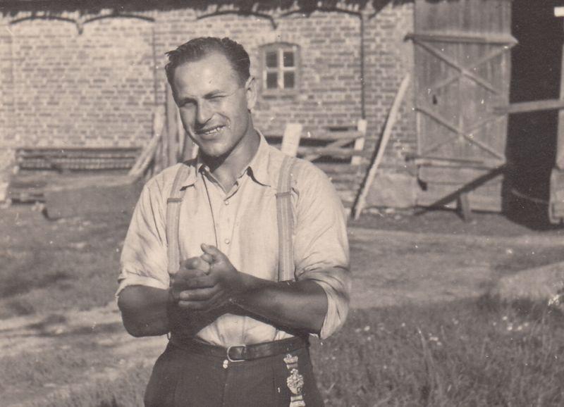 Viktors Arājs pēc Jelgavas ģimnāzijas absolventu salidojuma. Bērze, 1939. gada vasara.