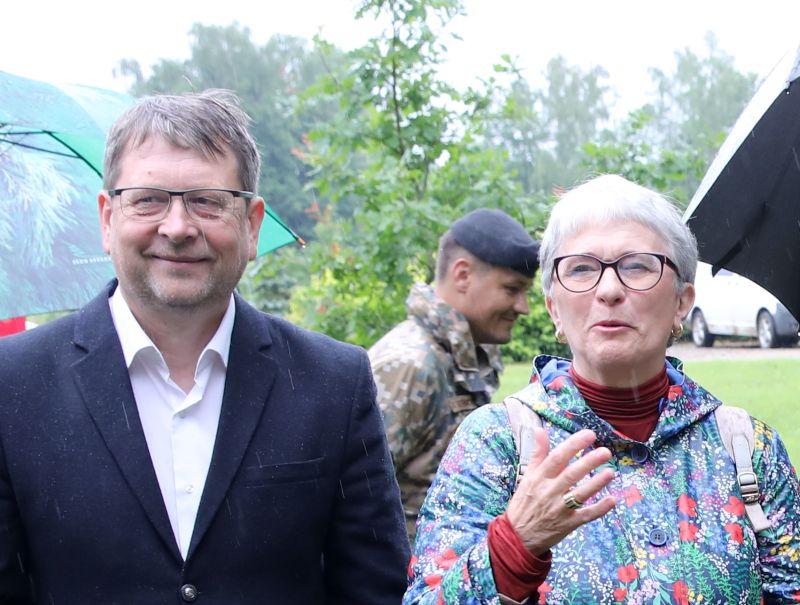 """Kokneses novada domes priekšsēdētāja Daiņa Vingra lēmuma pievienoties """"Jaunajai Vienotībai"""" pamatā varētu būt arī sadarbība ar Eiropas Parlamenta deputāti Sandru Kalnieti """"Likteņdārza"""" veidošanā. Attēlā: D. Vingris un S. Kalniete 10. jūlijā """"Likteņdārza"""" apmeklējumā, atzīmējot 15 gadus, kopš aizsākta ideja par šīs piemiņas vietas veidošanu."""