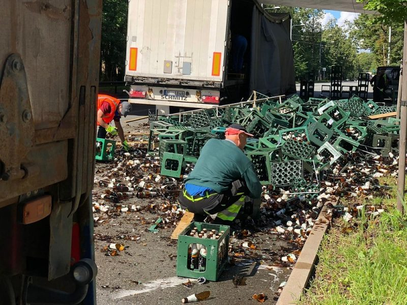 No kravas auto izbirušas alus pudeles Mežaparkā.