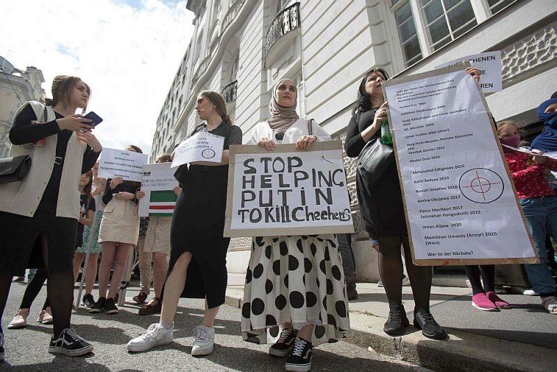 Vīnē dzīvojošie čečenu bēgļi apsūdz Krievijas prezidentu Vladimiru Putinu līdzatbildībā čečenu slepkavībās.