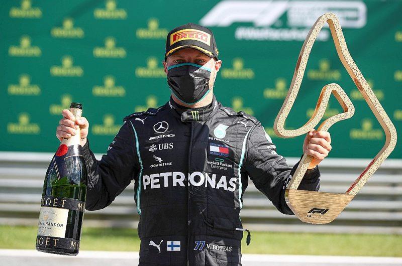 """Soms Valteri Botass sezonas pirmajās F-1 sacīkstēs fotogrāfiem bija spiests pozēt mūsdienu apstākļiem piemērotā """"ekipējumā"""" – ar sejas masku."""