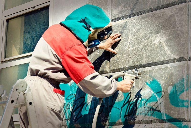 Svaigu grafiti var notīrīt, mazgājot ar ūdeni vai sārmu pastu.