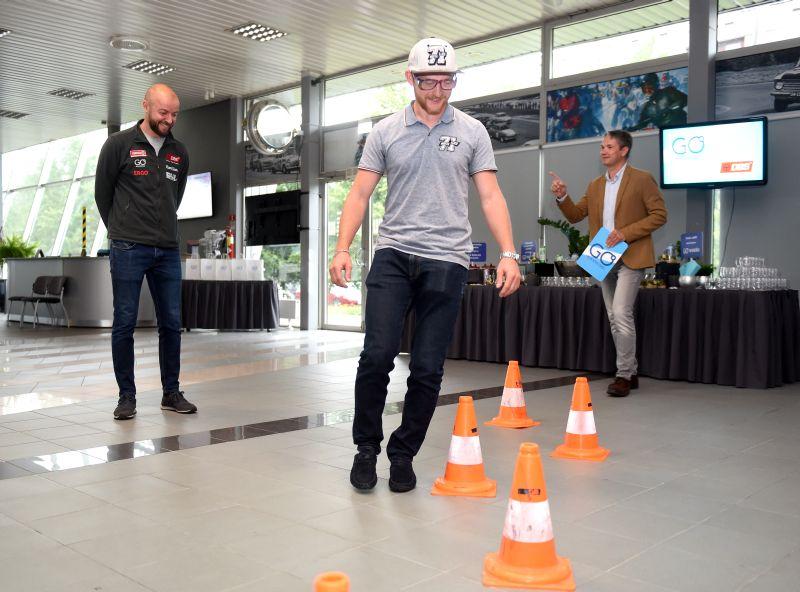"""Ūdens motosportists Nikita Lijcs izmēģina """"Reibuma brilles"""" (2 promiļu brilles) pasākumā """"Brauc atbildīgi""""."""