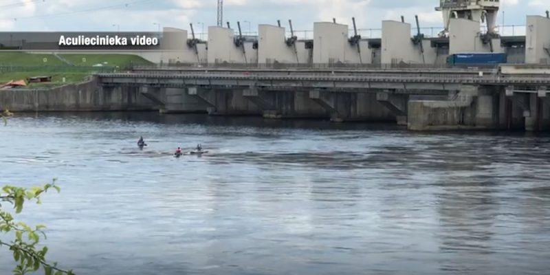 """Atpūtnieku kompānija neklausās apsardzes brīdinājumos pamest aizsargjoslu un ar ūdensmotocikliem izbrauc cauri """"Rīgas HES"""" slūžām."""