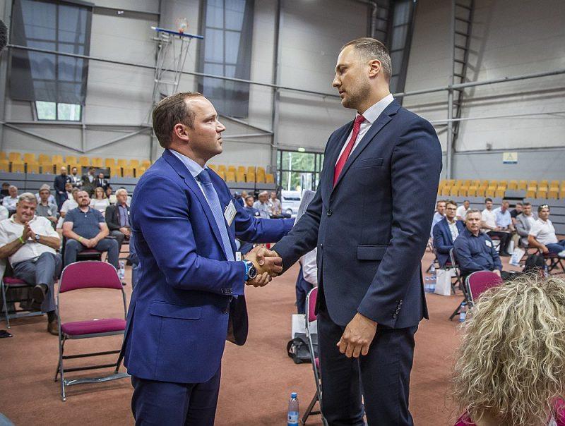 Vadims Ļašenko (no kreisās) futbola aizkulišu cīņā pārliecinoši uzvarēja Iekšlietu ministru Sandi Ģirģenu.