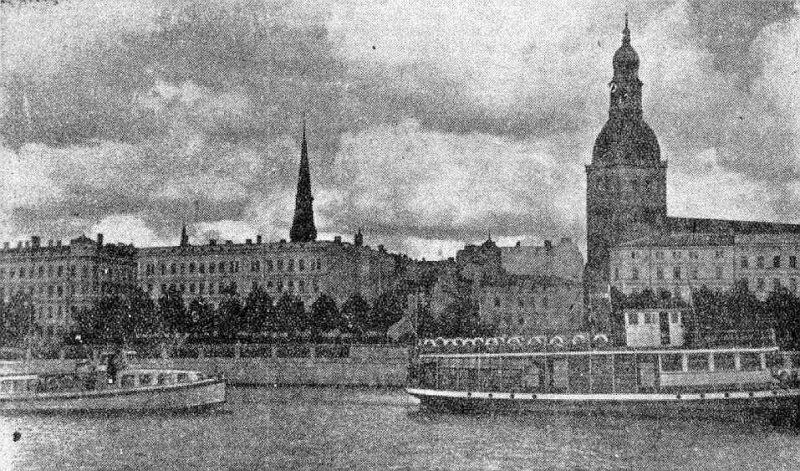 """""""Majakovskis"""" (labajā pusē) pirmajā braucienā 4. augustā."""