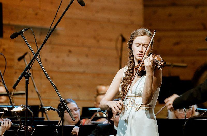 Vijolniece Kristīne Balanas Bruha slavenākā opusa romantiskās dimensijas atklāja ar neparasti piesātinātu vijoles tembru un radošas brīvības klātbūtni.