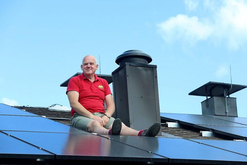 """""""Ar sauli vien tomēr nepietiek,"""" teic pazīstamās maizes ceptuves īpašnieks Dagnis Čākurs, sēžot uz """"Liepkalnu"""" jumta, uz kura uzstādīti saules paneļi elektroenerģijas ieguvei."""