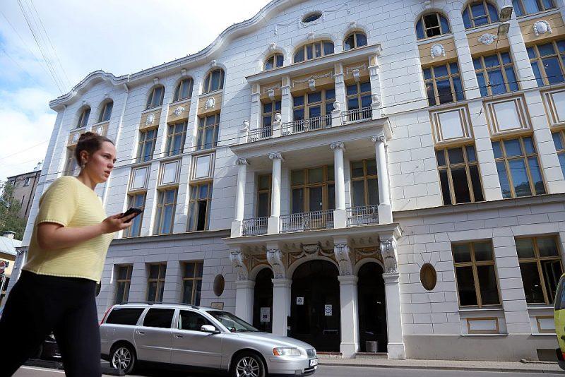 """Pagājušā gadsimta 90. gadu sākumā šī vēsturiskā ēka Rīgā, Skolas ielā, – vienlaikus valsts aizsargājamais arhitektūras piemineklis – tika nodota lietošanā Latvijas Ebreju kultūras biedrībai. Pašlaik šeit atrodas Rīgas Ebreju kopienas struktūrvienības – Sociālās palīdzības centrs """"Hesed"""", muzejs """"Ebreji Latvijā"""", bibliotēka, dažādu interešu klubi. 12. Saeima ēkai noņēma apgrūtinājumus un pilnībā atdeva ebreju kopienas īpašumā."""