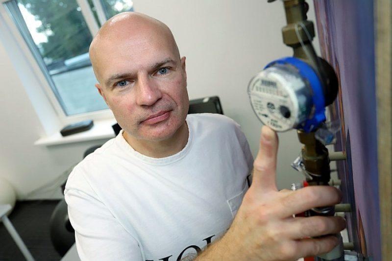 """""""OROLS Laboratorijas"""" vadītājs Māris Klīve šaubās, vai ūdens patēriņa uzskaiti uzlabotu tas, ka skaitītājus dzīvokļos turpmāk uzstādītu, pārbaudītu un nomainītu piegādātājs."""
