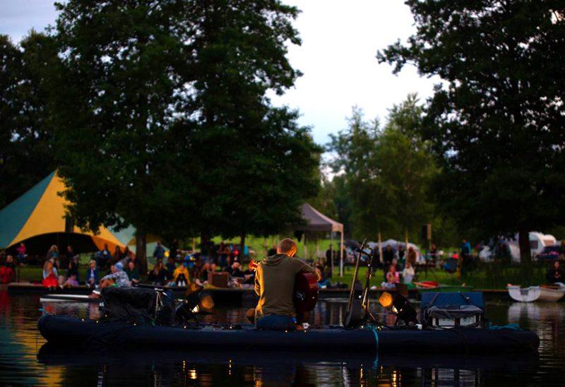 Ģitārists Gints Smukais aizvadījis koncertu uz ezera.