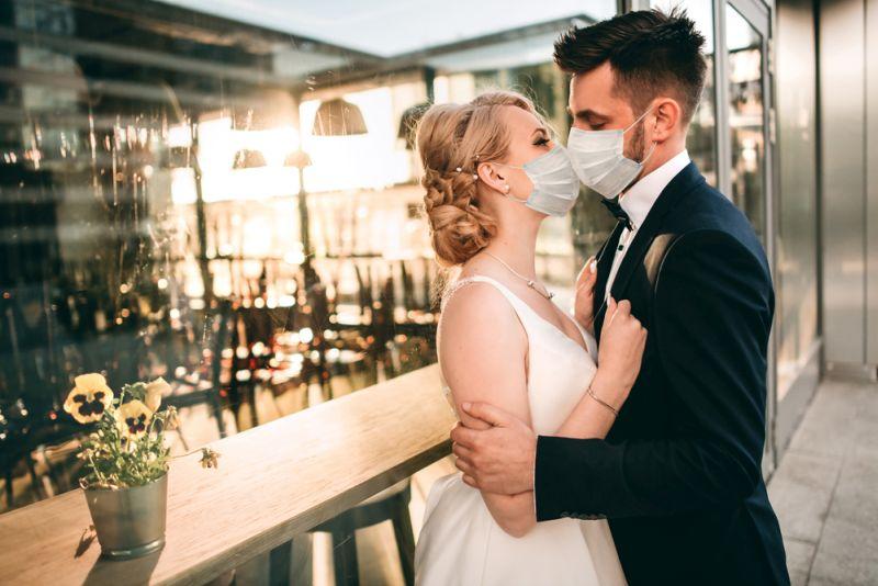 Kāzu sezona šovasar ir citāda – kādam vīruss izjaucis teju visus sapņus par skaistām svinībām plašā draugu un radu lokā, bet citam tas devis lielisku atziņu: kāzu diena vispirms ir mīlestības svētki jaunajam pārim.