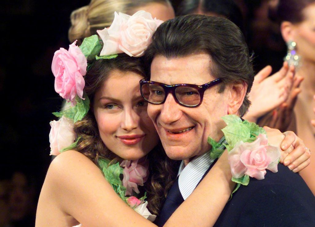 Modes dizaineris Īvs Senlorāns kopā ar modeli Letīciju Kāstu 1999.gadā.