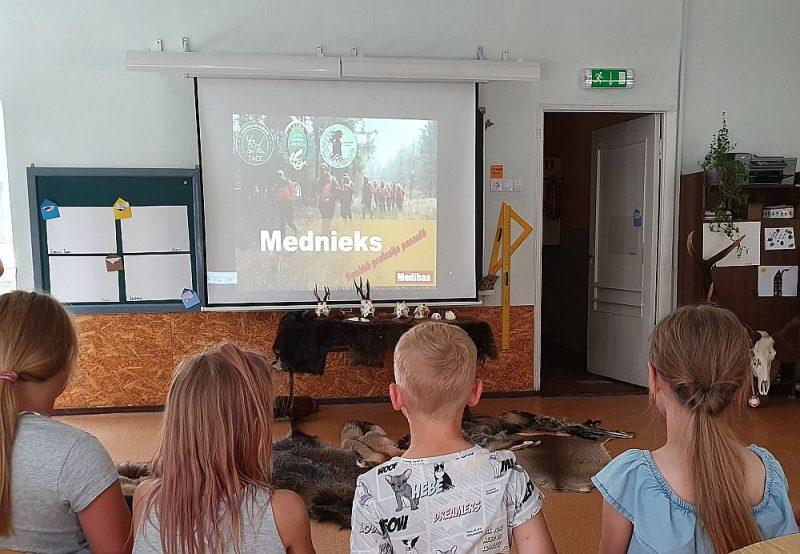 Šoreiz bērniem, kuri apmeklē vasaras nometni, bija iespēja izpētīt mednieka profesijas nozīmi laikmetu griezumā, sākot ar aizvēsturiskajiem laikiem un beidzot ar dalību mūsdienu tautsaimniecības procesos.