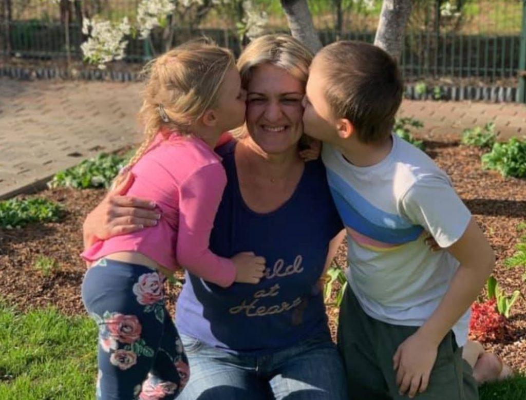 Kristīne Misāne ar saviem bērniem.