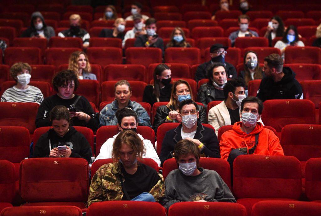 Cilvēki Maskavas kinoteātrī gaida filmas sākumu, 2020.gada 1.augusts.