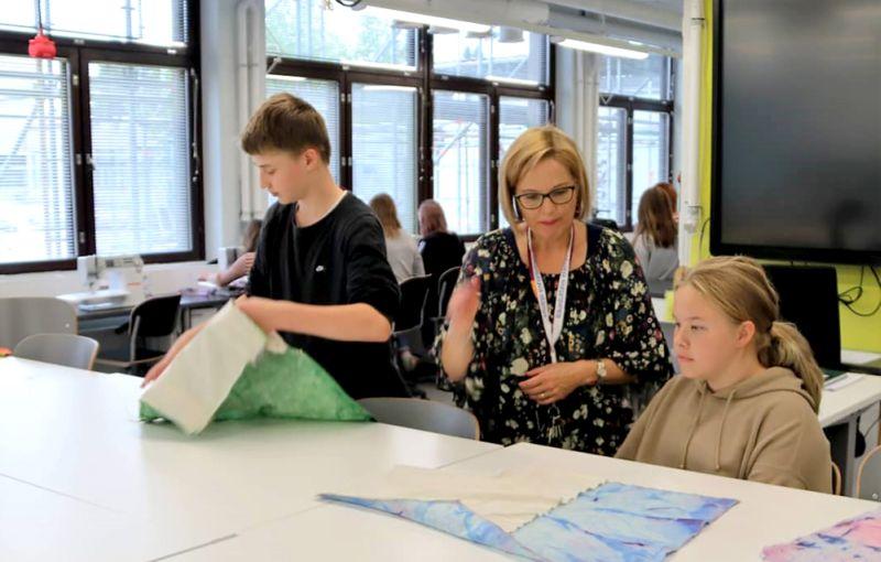 Somu tekstilizstrādājumu skolotāja Auli Sipola uzskata, ka septītās klases skolēniem nepietiek laika kaut pavirši apgūt darba iemaņas, mācot saskaņā ar jauno programmu.