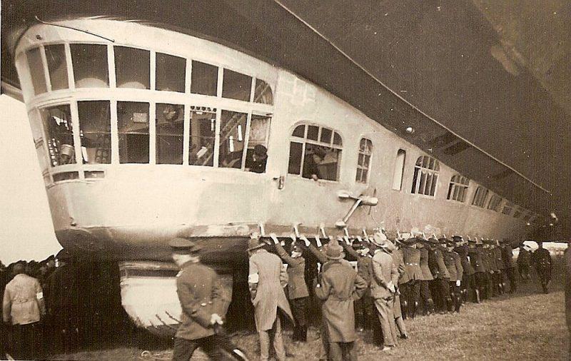 """""""LZ 127 Graf Zeppelin"""" starta laikā Vācijā 1930. gadā."""