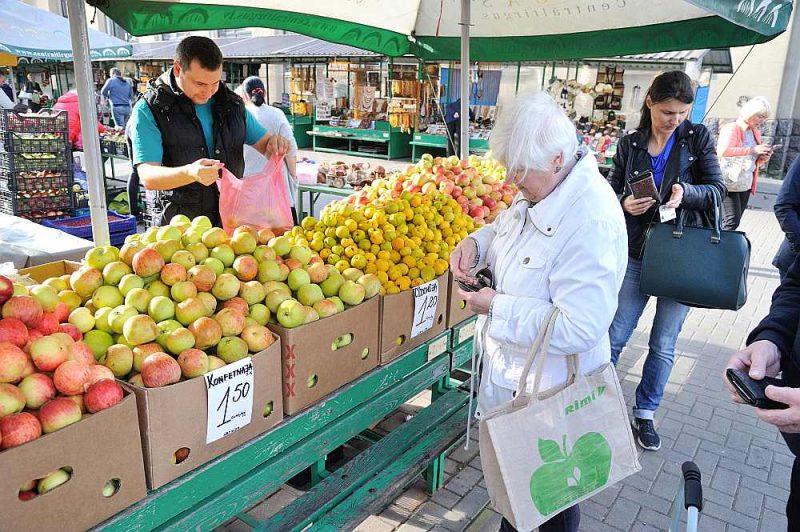Daudzi pircēji ir pārsteigti par tik augstām ābolu cenām jau rudenī.