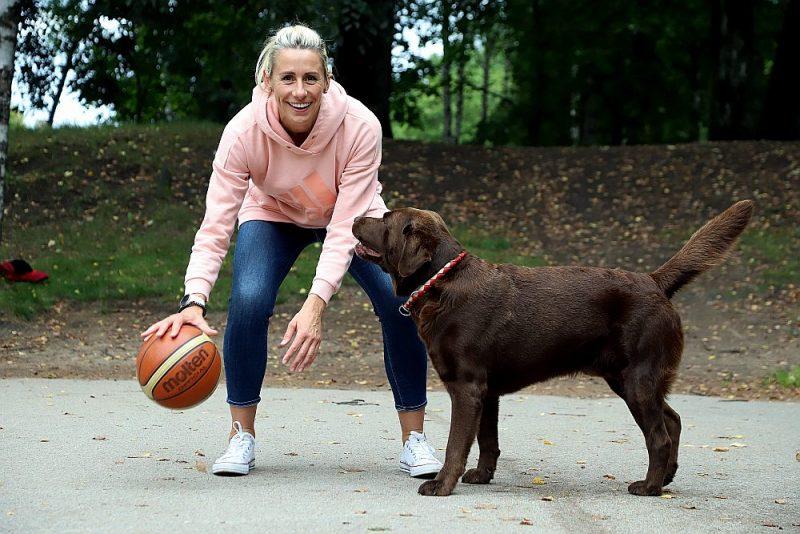 Gunta Baško ar saviem uzticamajiem draugiem – suni Vudiju un basketbola bumbu.