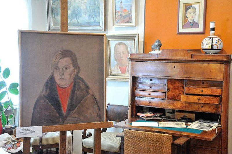 Izstāde ierīkota muzeja centrālajā telpā, ar arhīvu un mākslas darbu palīdzību izvēršot Austras Ozoliņas-Krauzes stāstu, kura izejas punkts ir paša muzeja saturs – Aleksandras Beļcovas un Romāna Sutas radošā un sabiedriskā dzīve.