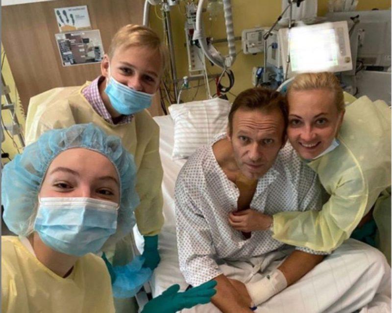 """Vakar Alekseja Navaļnija """"Instagram"""" kontā publicēta fotogrāfija, kurā viņš redzams ģimenes locekļu vidū """"Charite"""" klīnikā."""