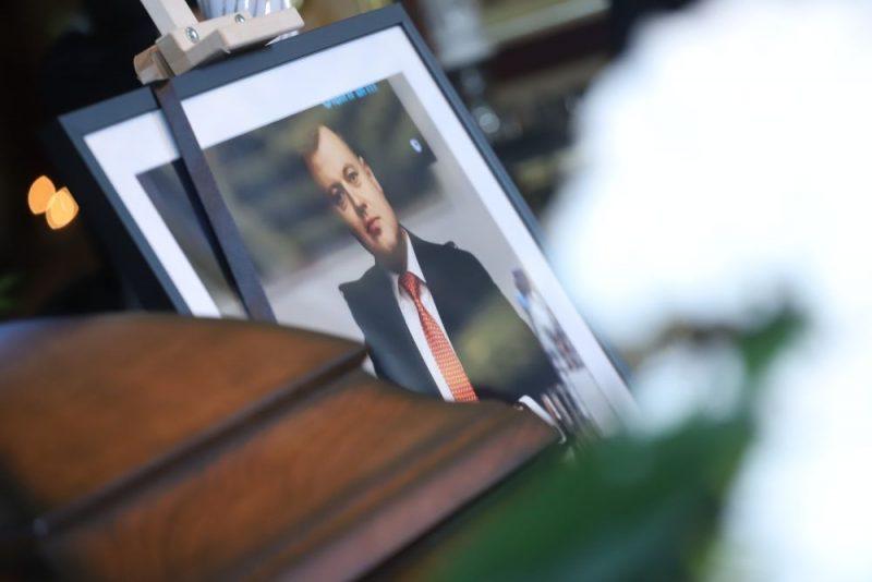 Tuvinieki un draugi atvadās no noslepkavotā advokāta Pāvela Rebenoka.