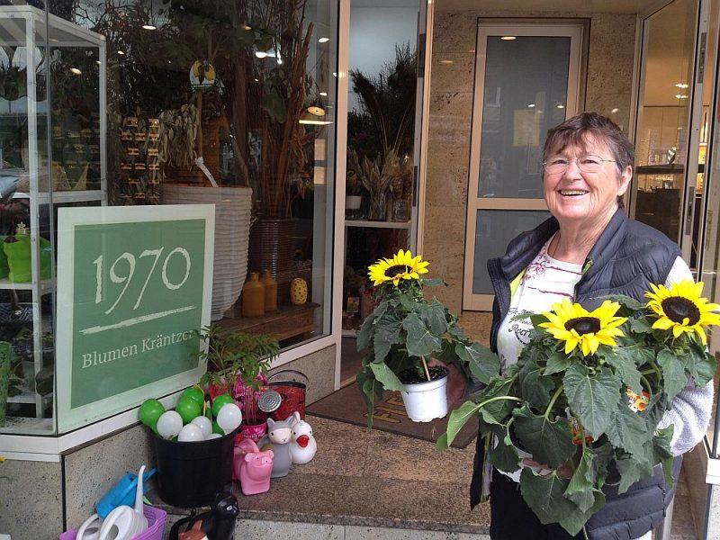 Irēnei Krancerei pieder puķu veikals kopš 1970. gada, un tas strādā arī svētdienās. Viņa nedomā saīsināt darba laiku, jo tas radīs zaudējumus. Vienīgā cerība – cilvēki brīvajā piektdienā vairāk iepirksies.