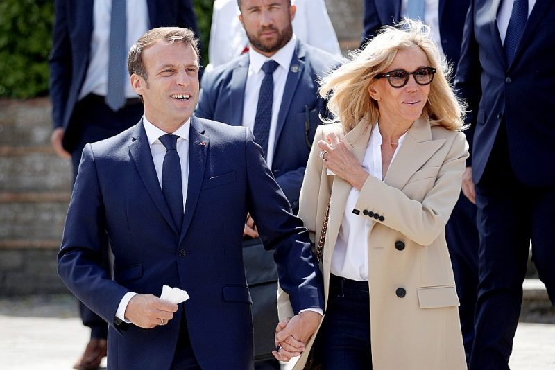 Francijas prezidents Emanuels Makrons ar kundzi Brižitu Makronu Francijas municipālo vēlēšanu dienā jūnijā. Retā reize, kad publiskā pasākumā valstsvīrs redzams bez sejas maskas. Rīgā Francijas delegācija valkās aizsargmaskas.
