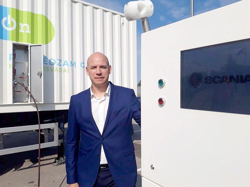"""SIA """"Gason"""" valdes loceklis Renārs Miķelsons: """"Mūsu uzņēmuma devīze ir: pieslēdzam gāzi bez gāzesvada! Ar savu pakalpojumu piedāvājam tīrāku un lētāku degvielu tiem uzņēmējiem, kuriem līdz šim pieeja CNG nebija iespējama. Mobilās stacijas novietošanai klienta teritorijā nav nepieciešams projekts un iestāžu saskaņojumi – viss notiek uz savstarpējās vienošanās pamata!"""""""