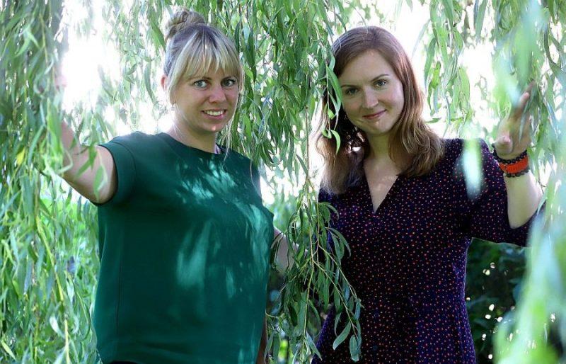 Elīna Ozola (no labās) un Agnese Radžele-Šulce.