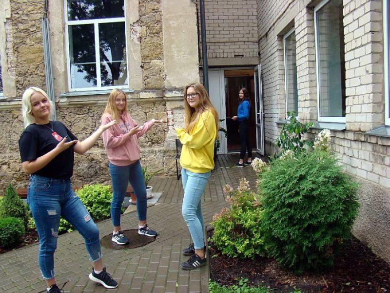 Pirmā septembra priekšvakarā Krustpils pamatskolas 9. klases skolnieces Līva Ieviņa (no kreisās), Kristiāna Rubiķe, Diāna Blakunova un Evija Peršteina trenējas skolēnu plūsmu vadīšanā un svinīgās līnijas organizēšanā.