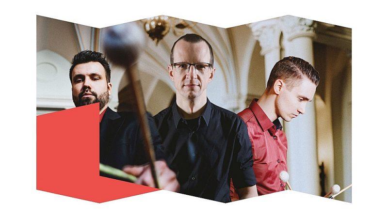 """Sitaminstrumentālista Elvija Endeles (no kreisās), Mikus Bāliņa un pianista Jura Žvikova veidotā kamermūzikas programma """"Transformeri. No Reiha līdz Radiohead"""" būs kā tosta uzsaukšana mūzikas un izpildītājmākslas karnevāliskumam, ekstravagancei un kaleidoskopiskumam."""