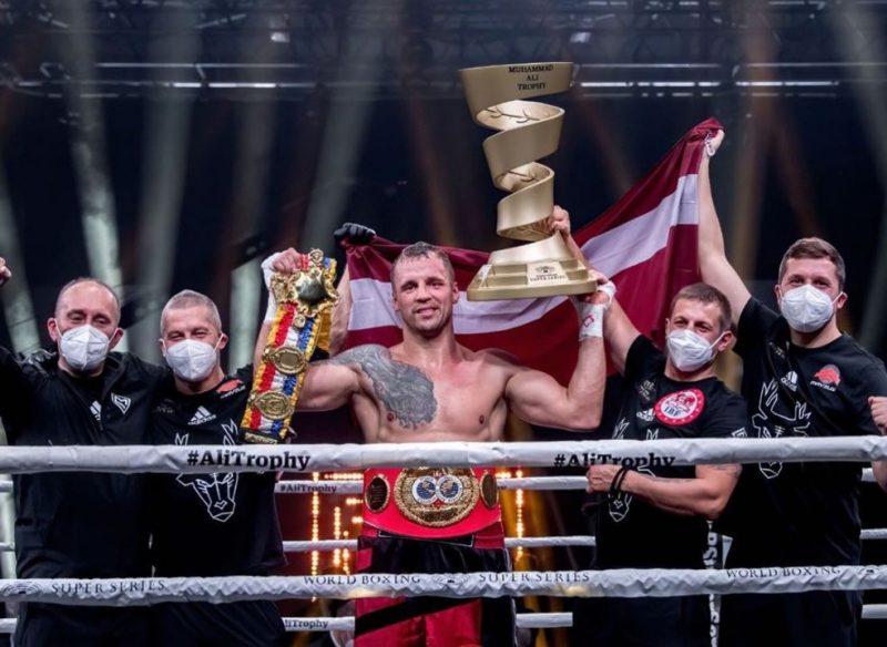 Mairis Briedis Minhenē iegūst Muhameda Ali trofeju un divas pasaules čempiona jostas.