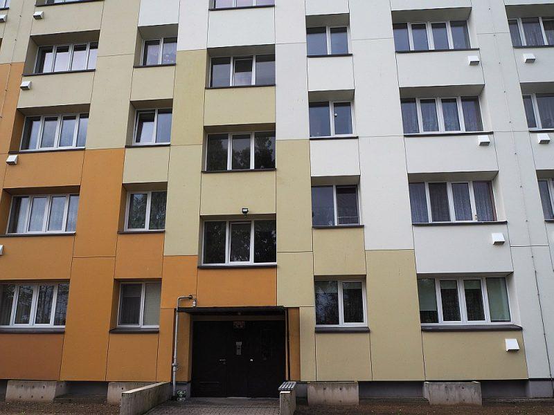 Daudzdzīvokļu mājas Salaspilī, Daugavas ielā 2, fasāde. Zem logiem redzamas rekuperācijas iekārtu izejas.