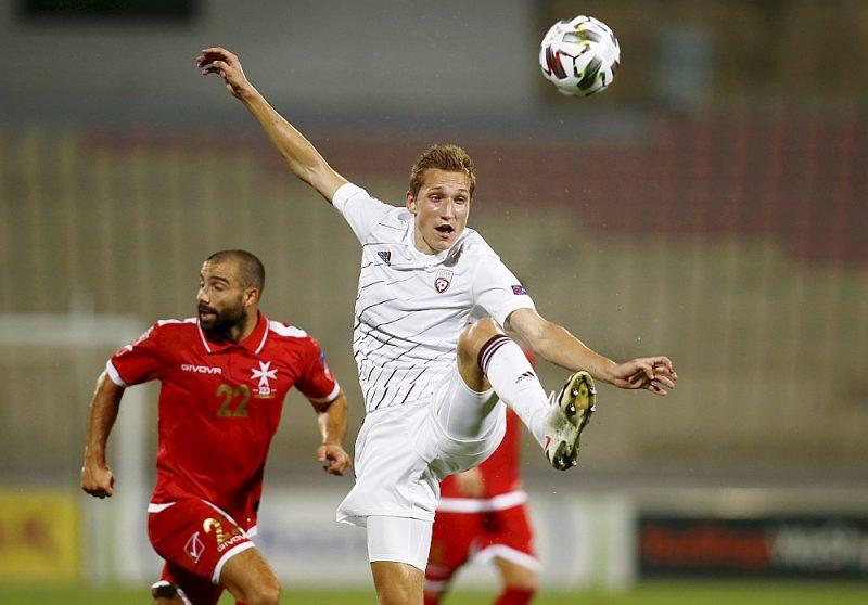 Raimonds Krollis (priekšplānā) ir viens no jaunākajiem debitantiem Latvijas futbola izlases vēsturē.