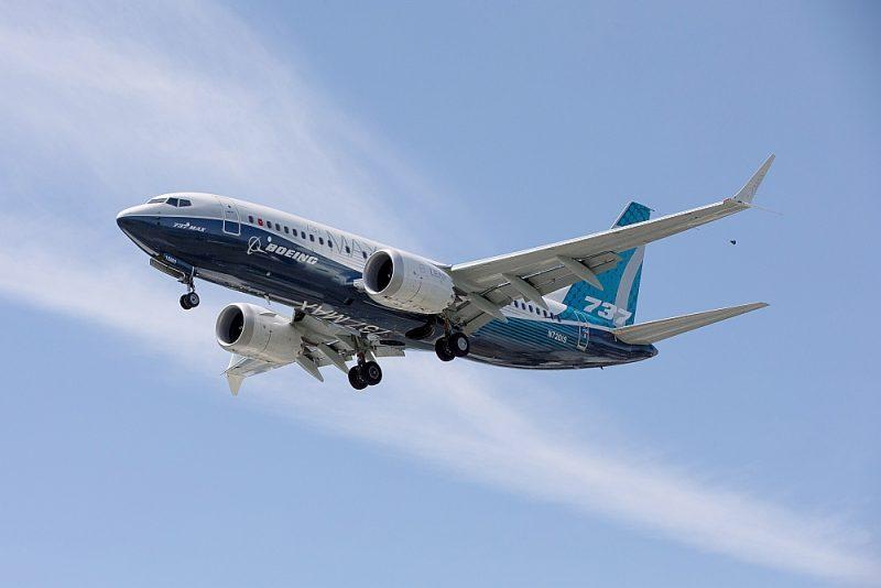 """Firmas """"Boeing"""" vadība paziņojusi, ka lidmašīnas """"737MAX"""" labotais modelis jau esot veicis 375 000 pārbaudes stundi un 1300 testa lidojumu un drīz varētu saņemt regulatora atļauju."""