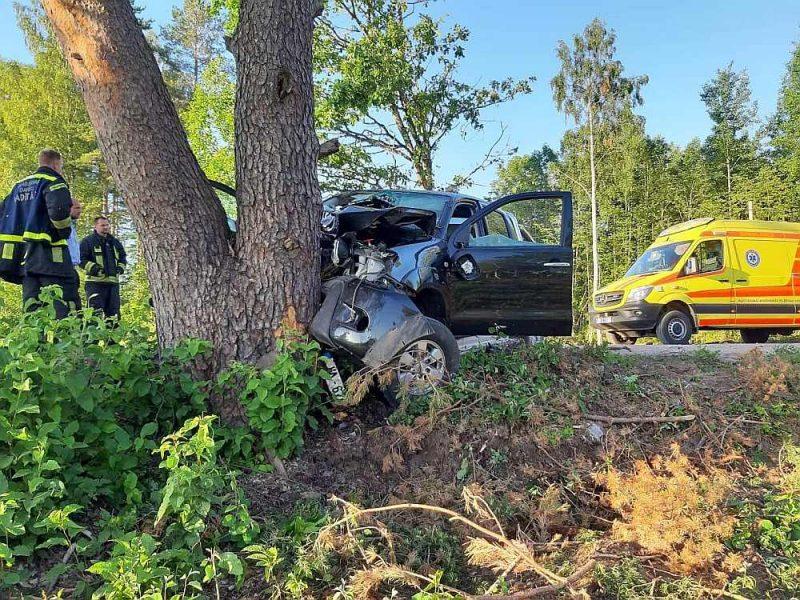 Trieciens bijis briesmīgs – automobiļa dzinējs ietriekts salonā, salauztas riteņu asis, saliekts rāmis.