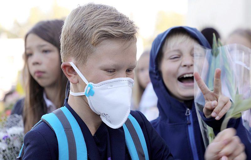 Kaut Latvijas skolās nav noteikta prasība nēsāt sejas maskas, daži skolēni tās tomēr lieto. Tikmēr citviet Eiropā maskas skolēniem jāvalkā, ja nav iespējama distancēšanās.