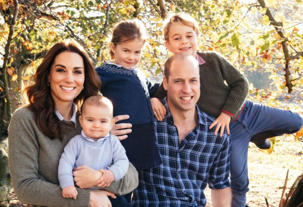 Princis Viljams un Keita Midltone kopā ar saviem trim bērniem: princi Džordžu (no labās), princesi Šarloti un princi Luisu (no kreisās),