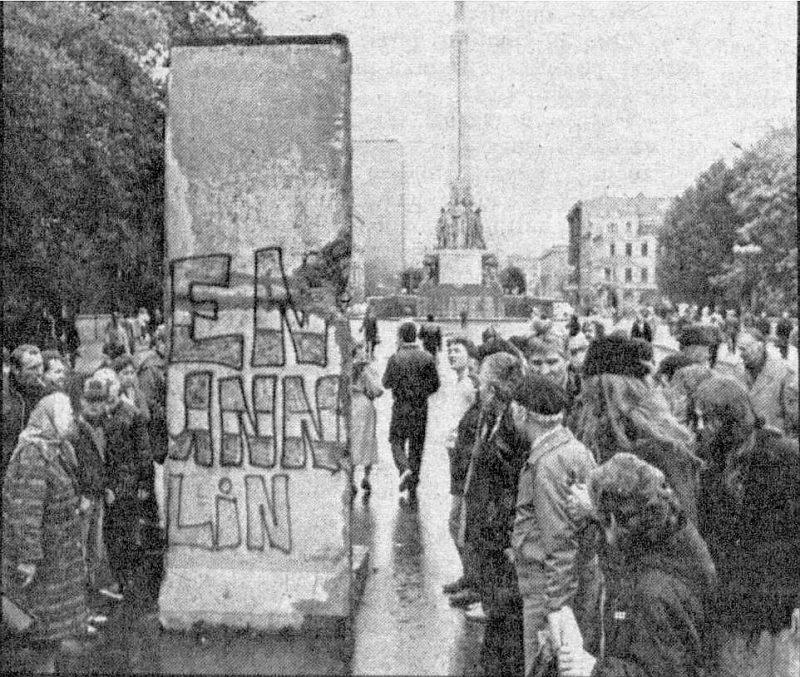 Berlīnes mūra fragments pēc atvešanas.